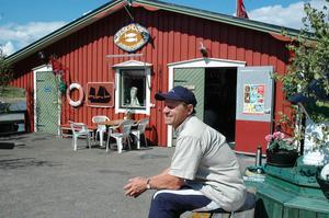 KAFFEPAUS. Tidiga morgnar i båten och sena kvällar i butiken är sommarvardagen för Sture Holmberg, som tillsammans med familjen driver Fiskhuset i Junibosand längs Njurundakusten.Foto: Anna Quayle