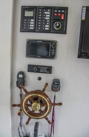 Det är teknologi på hög nivå i Håkan Ottossons husbåt. Pulpeten, som styr i princip allt i båten, är monterad i sovrummet där skepparen sidledes kan se både akter och för med utsikt via stora fönster mot bakre soldäck och främre altan.