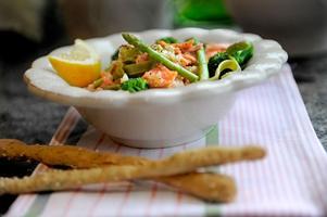 Sväng ihop en snabb citrondoftande pastarätt med lax och lättkokta grönsaker.