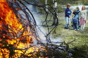 Barnbrasa. Enligt tradition i Långshyttan tändes först en brasa för barnen under eftermiddagen.