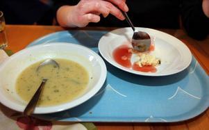 Potatis– och purjolökssoppa och rispudding med saftsås fick de gamla på äldreboendet till lunch i går.