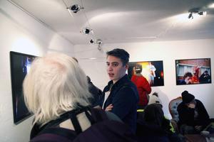Anton Enerlöv följde Teater Barda en heldag i våras och nu visar han resultatet i en fotoutställning som öppnade hos Urbn Arts på tisdagen.