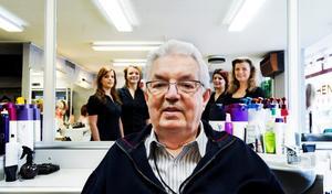 George Bothén har tagit plats i frisörstolen, omgiven av Susan Erdis, Jenny Samuelsson, Anna Karlsson och Liselotte Bothén. Saknas på bilden gör Elin Ellis och Therese Granander.