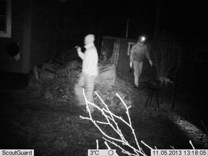 En av bilderna som åtelkameran tog i samband med inbrottet i förra veckan.
