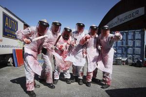 """I """"American Burger"""" jagas ungdomar av ett stort gäng galna och välbeväpnade slaktare, här syns några av dem."""
