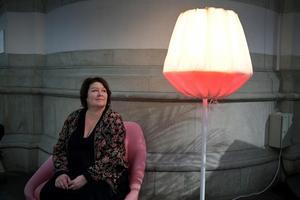 Ljusdesignern Lotta Löfgren med golvlampan Baklava av Claesson Koivisto Rune för Örsjö, på Nordiska museets utställning Nordiskt ljus.