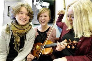 Rut är Maria Kruchov Midtiby, fiol, Hanna Blomberg, fiol och Anna Larsson, gitarr, sång.