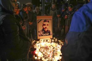 På fredagskvällen samlades hundratals människor i Rosengård för att hedra den 16-årige pojke som sköts till döds vid hållplatsen kvällen innan. Han hade varit och tränat och hade just klivit av bussen när hans liv tog slut.
