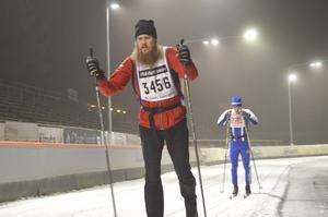 Martin Nilshagen sliter i spåret. Han lyckades skida över 12 mil under de 24 timmarna.