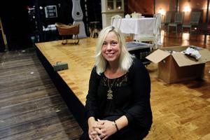 Smyckesdesigner Ulrica Martinsdotter har många strängar på sin kreativa lyra och är även  marknadschef vid Västmanlands teater.