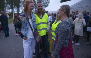 Vaktavlösning i entrén till öltältet. Catrin Backman och Fia Erixon får avlösning av  Lena Larsson och Johan Jämtehed efter ett långt pass.