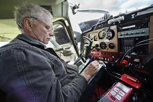Innan de ger sig upp i luften ska kartor vara på plats och den speciella radion som de använder för att hålla kontakten med Gästrike räddningstjänst. Via radion kan de också hjälpa till att guida brandkåren till sjöar där de kan hämta vatten eller hjälpa dem att hitta dem bästa vägen fram till branden.