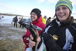 Jenny Gustavsson och Sophia Löfgren, Mokorset, var enda tjejlaget. De fångade en tjejgädda också. Svea. Hon har rosett.