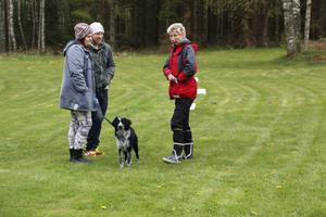 Belöning. Katta Stenefjord beskriver hur viktigt det är att belöna hunden. Mova Lind och Andreas Jonsson med hunden Pandali har tänkt gå med i Laxå brukshundsklubb.