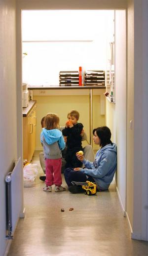 Natalie Jonsson blev evakuerad tillsammans med sonen Alexander och hans kompis Elina.–Det känns jobbigt att det har brunnit i källaren för vi har mycket saker där, säger Natalie Jonsson.
