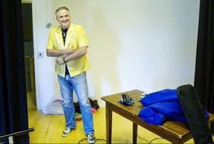 Göran Eriksson har hittat en fin kavaj inför premiären på Orrvikens bygdegård.