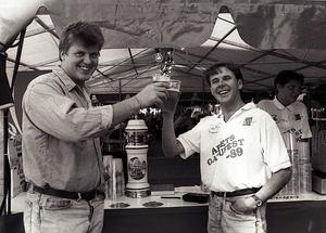 """Första generalerna. Anders Tjacka, till vänster, och Sven """"Svempa"""" Grankvist, startade Gatufesten 1988. Bilden är från den andra festen, 1989. Bild: Arkiv"""