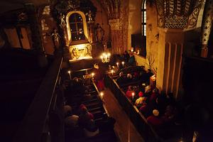 Förtätad stämning i den medeltida Gamla Ytterlännes kyrka.