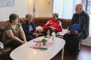 Den sociala samvaron är en av RAS-projektets viktigaste komponenter och därför är gymets  fikarum en välbesökt plats. Här hittar vi deltagarna Maria Näsberg, Ann-Britt Persson, Håkan Lindgren i glatt samspråk med Christer Norin.