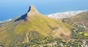 På berget Lions Head i Kapstaden jagas en amerikansk turist i Deon Meyers spännande bok Tretton timmar.