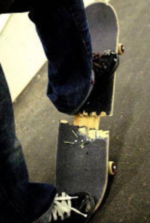 Gustav Holmbom är en inbiten skejtare. – Det är bara bäst att åka skateboard, säger han. Det syns på hans bräda - ingen kan säga att den legat på nån hylla och samlat damm.