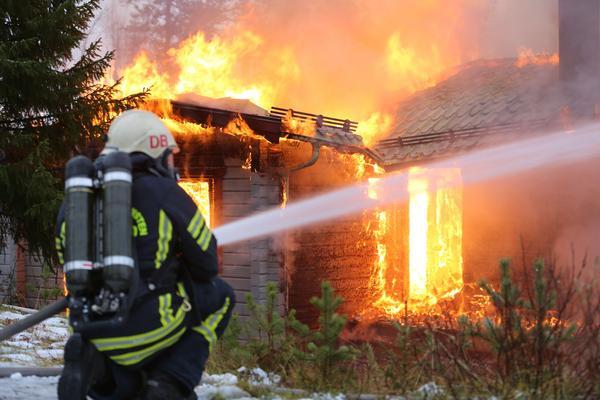 Räddningstjänsten fokuserar på att förhindra elden från att sprida sig till andra hus.