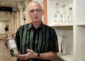 —Även vi kan ta guld i dessa VM-tider, säger Lars-Åke Sandin, chef för Vin och Sprit i Sundsvall. Renat har nämligen utsetts till världens godaste vodka.