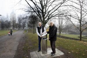 Pär Ramberg och Håkan Sellman hoppas att den nya underjordiska papperskorgen ska göra Kvarnparken mindre skräpig.