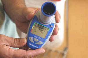 Displayen ger ett snabbt svar. Om mindre än 70 procent av den totala luftmängden kommer ut under den första sekunden ligger du i riskzonen för lungsjukdomen Kol. Då skickas du vidare till en mer omfattande undersökning.