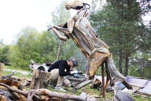 Projekt. Bazem Zammam är i full gång med att färdigställa sin senaste skulptur. En av hans vänner hjälper honom ibland. Förutom hästen gör han två örnar också.