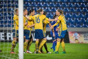 Jubel efter att Sveriges Lina Hurtig gjort mål i en VM-kvalmatch mot Kroatien. Foto: Jessica Gow/TT.
