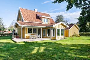 Det gula huset ligger i Skottsund och har lockat över 5 000 besökare.