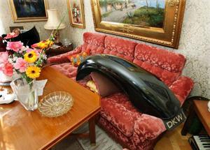 På finsoffan  i vardagsrummet ligger skärmarna till DKW:n. På soffbordet finns blommorna kvar från 90-årsfirandet.