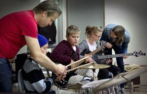 Efter bara 15 minuters övning hade lärarna Pelle Larsson och Henrik Larsson fått eleverna att spela så bra att de kunde spela in en låt.