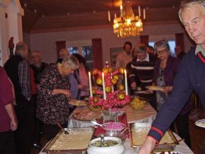 De 80 gästerna åt julbord i församlingsgården.