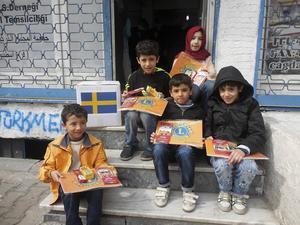 Syriska flyktingbarn i Istanbul bor i övergivna källare. De fick kritor och papper från Svenska Lions.