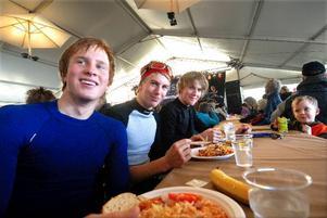 Trötta och hungriga. David Olsson, Johan Kärner och Niklas Persson från Falu IF har varit föråkare och tar igen sig med lunch i tältet.