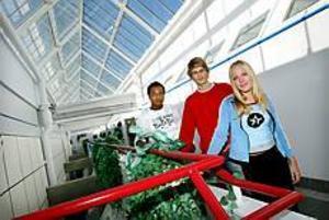 John Bauergymnasiet. Eddie Lundbäck, Niclas Bergström och Madelene Söderblom gillar sin nya skola.