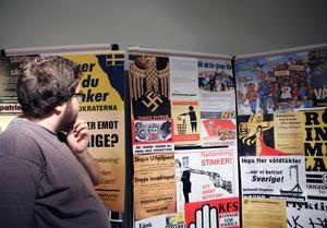 Tobias Jonsson begrundar de hatiska påståendena i propagandaaffischerna i utställningen