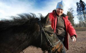 – Ibland är det så fruset att hästarna kan inte ta ett steg, säger Marika Eriksson, ridlärare, med ponnyn Prins. Foto: Staffan Björklund