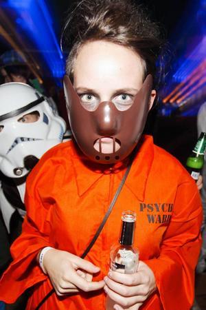 Elin Nilsson från Östersund är en av 13 personer som springer omkring i Hannibal Lector-masker och orange overaller.– Jag är ett psykfall, säger hon om sin utklädnad för dagen.