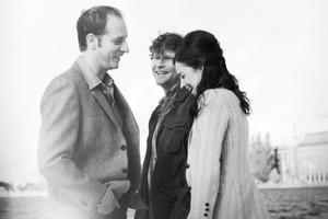 """Andreas Kundler, Shanti Roney och Louise Peterhoff agerar i Harold Pinters """"Svek"""" på Stockholms stadsteater. Det är den norske regissören Alexander Mörk Eidem som tolkar Pinter den här gången. Foto: Ewa-Marie Rundquist"""