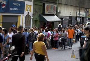 Den 8 januari ringlade köerna långa utanför en affär i Caracas i Venezuela, efter rykten om att det skulle gå att köpa tvättmedel och socker.
