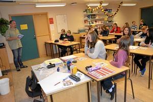 Rolig lektion. Klass 7A på Folkasboskolan får lära sig om FN:s barnkonvention genom att spela Världens-barn-bingo.