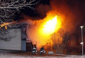 När räddningstjänsten kom fram var det redan för sent att rädda den lägenhet där branden startade.