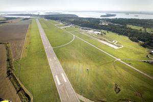 Äntligen får grävskoporna riva upp start- och landningsbanan på Västerås flygplats, anser insändarskribenten. Foto: Rune Jensen/arkiv