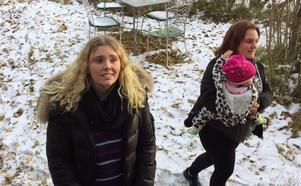 Frida Nordström från Åkersberga blev helt förälskad i det 400 kvadratmeter stora huset, berättar hon. Här med sin kusin Erika Wall Norrtälje och kusinbarnet Sally.