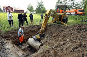 Mathias Olsson i schaktgropen dirigerade grävmaskinisten Ove Åhman i jakten på den felande länken på huvudvattenledningen i Ekeby. Det fick ske med försiktighet då de fanns en serviceledning påkopplad i närheten av skadan på huvudledningen.