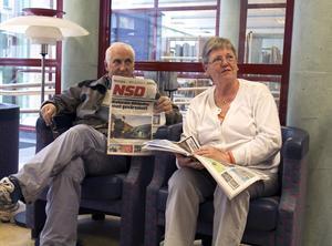 Ofta här. Elisabeth och Tore Kangas besöker ofta fackbiblioteket för att läsa sina hemstadstidningar och DN.