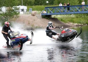 Starten av skoterfinalen i Sveg. Till vänster segraren Arne Harrsson, Särna, och till höger fjolårsvinnaren Andreas Öst, Östersund.